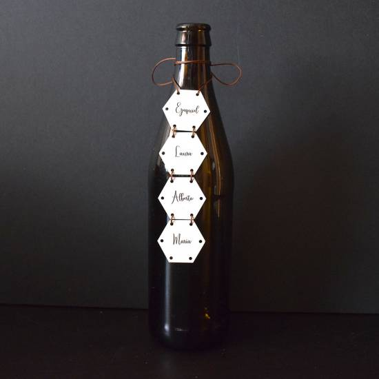 Seating plan con botellas, y piezas hexagonales de madera. Perfectas para una boda divertida